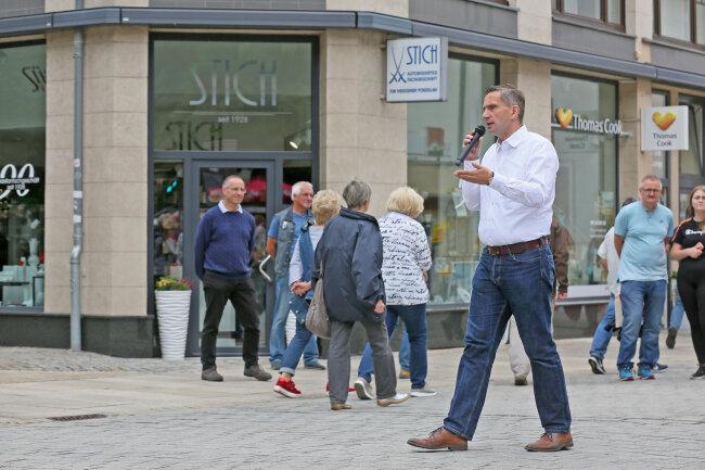 Martin Dulig in der Zwickauer Innenstadt. Er will auf Tuchfühlung mit den Wählern gehen.