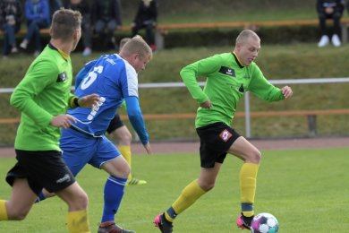 Der Zwönitzer Eric Hemmann rennt seinem Gornsdorfer Gegenspieler Benny Klapper mit Ball davon. Treffer erzielten beide Teams nicht.