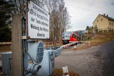 Bei Knopfdruck meldet sich der Fahrdienstleiter, der im benachbarten Hetzdorf sitzt. Er prüft, ob ein Zug naht und öffnet dann die Schranke. Zur Sicherheit gibt es auch noch eine Kamera.