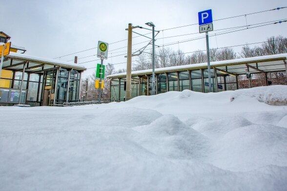 Schnee des Anstoßes: Die Behindertenparkplätze am Bahnhof Oederan sind nicht geräumt.