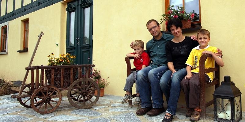 """<p class=""""artikelinhalt"""">Seit November 2007 wohnen Holger Jentzsch und Gritt Schöttel sowie Tim und Oskar in diesem 250 Jahre Fachwerkhaus im Schönberger Ortsteil Köthel, das sie zu einem modernen, energieeffizienten Wohnhaus umbauen ließen.</p>"""