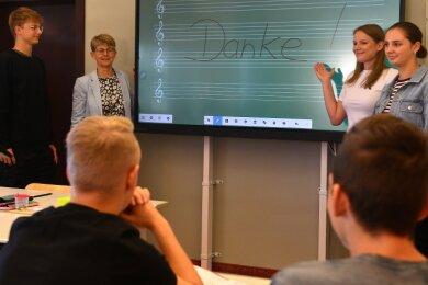 Dank für die neue interaktive Tafel im Gymnasium Mittweida: Die Schüler Helena Schmidt (r.) und Julian Dahncke mit Lehrerin Luise Schweren (2. v. r.) und Romy Anker, Vorsitzende des Fördervereins.