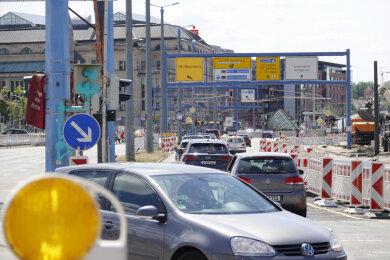 Der Kreuzungsblitzer an der Ecke Bahnhofstraße/Brückenstraße wurde mit grüner Farbe besprüht.