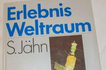 """Mit Original-Autogrammen ist das Buch """"Erlebnis Weltraum"""" der Renner."""