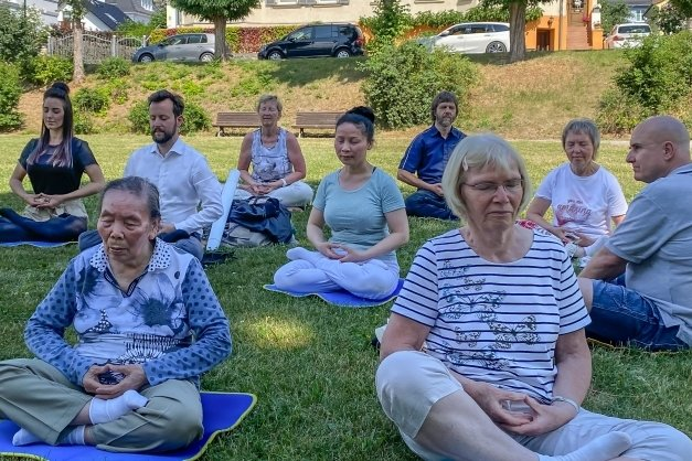 Vogtländer und Thüringer vereint bei einer Falun-Gong-Übungseinheit in Rudolstadt.
