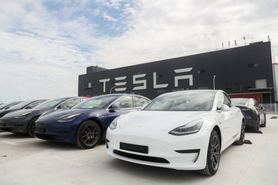 Fahrzeuge des Models 3 stehen vor der Tesla Gigafactory in Shanghai. Im Spetember war das Model der Verkaufsschlager in Europa.