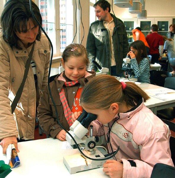 """<p class=""""artikelinhalt"""">Aktionen und Programme gab es auch im Evangelischen Gymnasium Erzgebirge im ganzen Haus. Im Biologibereich schauten Anne-Sophie und Franzska aus Königswalde durchs Mikroskop. </p>"""