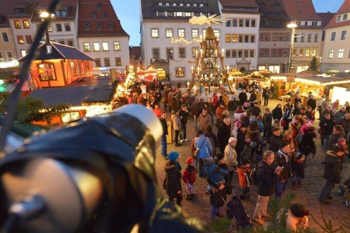 Der Freiberger Christmarkt auf dem Obermarkt. Eine auf einer Versorgungsbrücke befestigte Überwachungskamera zeichnet nur das Geschehen zu den Schließzeiten des Weihnachtsmarktes auf. Laut Stadtmarketinggesellschaft wurde alles mit Sachsens Datenschützern abgesprochen.
