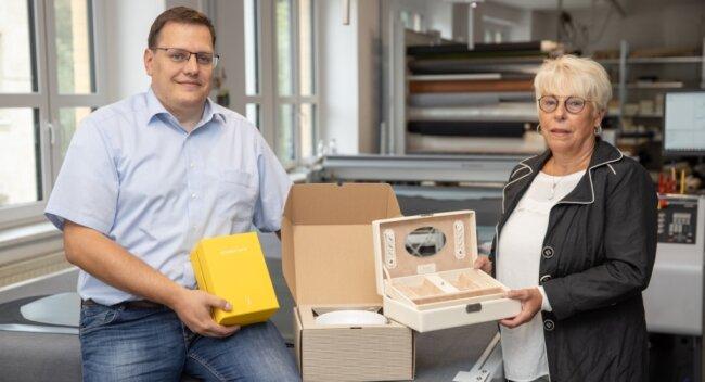 Für die Herstellung der Schmuckkästchen und von Feinkartonagen ist heute wie damals auch viel Handarbeit gefragt. Im Bild: Ulf Sacher und Gerhild Sacher. 1996 wurde die Firmengründerin vom Freistaat Sachsen zur Unternehmerin des Jahres gekürt.