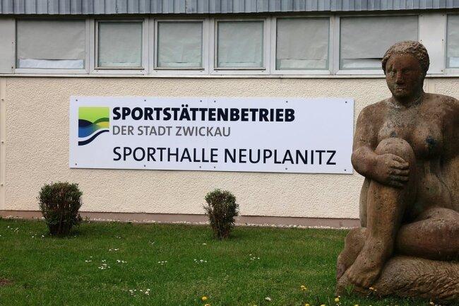 Die Sporthalle in Neuplanitz ist in die Jahre gekommen. Der Stadtrat hat jetzt seine Zustimmung zu einem Neubau gegeben. Die Sanierung der bestehenden Halle muss aber noch warten.