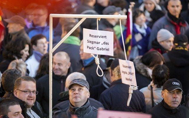 Ein Großteil der nach Schätzungen bis zu 9000 Demonstranten hatte den Galgen für Bundeskanzlerin Angela Merkel (CDU) und ihren Vize Sigmar Gabriel (SPD) gar nicht gesehen - und auch nicht die Polizei. Gestern nahm die Staatsanwaltschaft Ermittlungen auf.