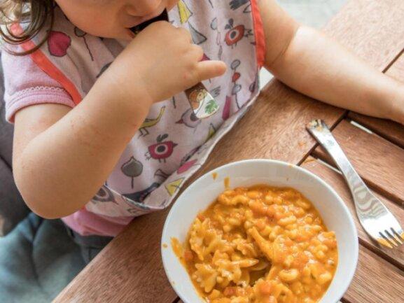 Weniger Limonade und Fast Food: Gerade Kinder brauchen für eine gesunde Entwicklung eine ausgewogene Ernährung.