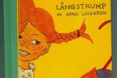 """Die Umschlagseite der schwedischen Erstausgabe von """"Pippi Langstrumpf"""" aus dem Jahr 1945. Pippi hat ein Haus, ein Äffchen und ein Pferd und ist darüber hinaus auch noch das stärkste Mädchen der Welt."""