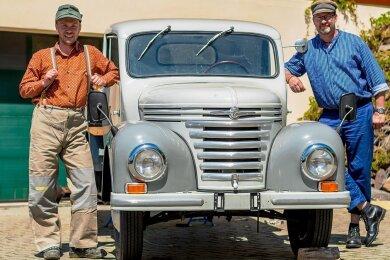 Jan Wätzig (l.) und Ingo Nicklaus haben sich in Schale geworfen. In original DDR-Arbeitsbekleidung gehen sie miteinem Framo V 901/2 auf Erlebnistour entlang der legendären Fernstraße 96.