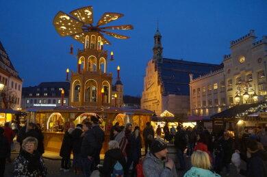 Die Stadt Zwickau geht das Risiko ein: Ab dem 3. November werden auf dem Hauptmarkt und dem Kornmarkt die Hütten für den Weihnachtsmarkt (Archivfoto) aufgebaut.