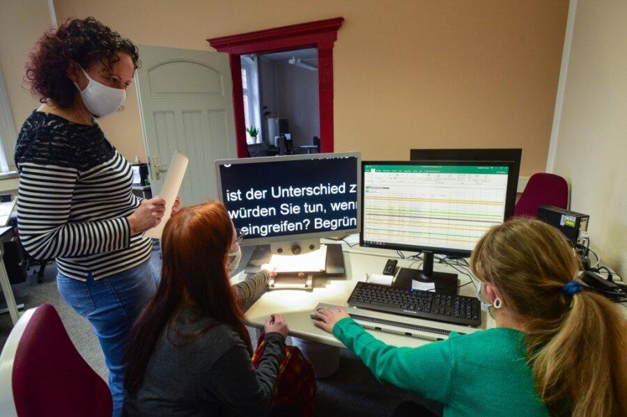 Lehrerin Madeleine Kubasch hilft zwei Schülerinnen, die eine Ausbildung im kaufmännischen Bereich absolvieren. Wegen einer Sehbehinderung schreiben sie auf einer speziellen Tastatur, das Geschriebene wird vorgelesen. Solche Arbeitsplätze einzurichten, ist teuer.