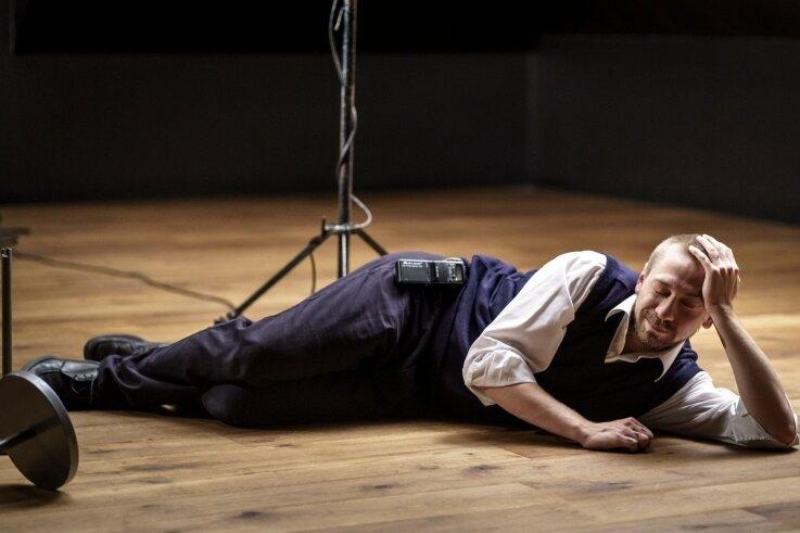 """Vladislav Weis als Dave in """"Nipplejesus"""" von Nick Hornby."""