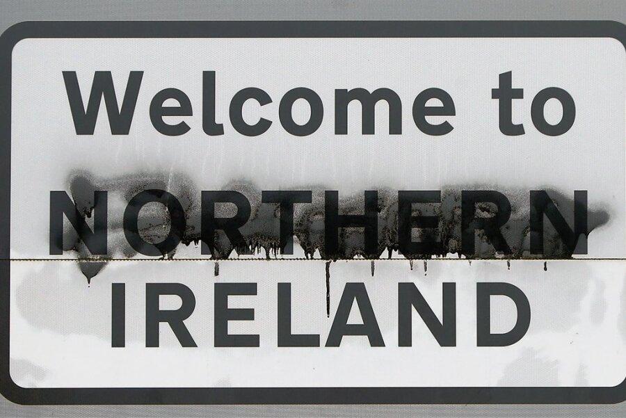 Willkommen in Nordirland - ein beschmiertes Straßenschild im Grenzgebiet von Nordirland und der Republik Irland. Die Wurzeln des Konflikts in dieser Region reichen hunderte Jahre zurück.