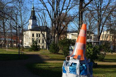 """Das Kunstobjekt """"Cloud"""" im Friedenspark Frankenberg ist in der Silvesternacht zerstört worden. Der Sockel wurde notdürftig gesichert."""