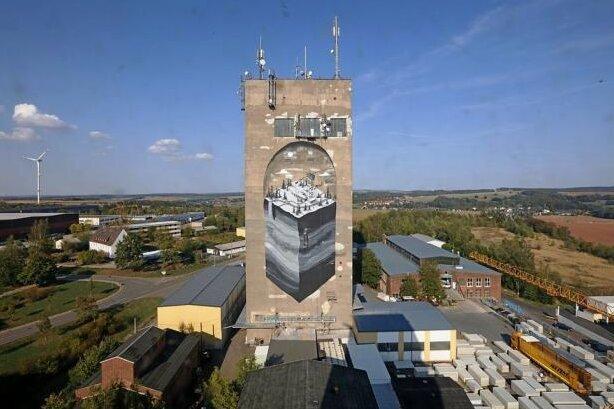 Seit vergangenem Jahr wird aus dem stillgelegten Stahlbeton-Riesen ein Kunstwerk: Die Südwest-Fassade wurde mit einem großen Graffito gestaltet.