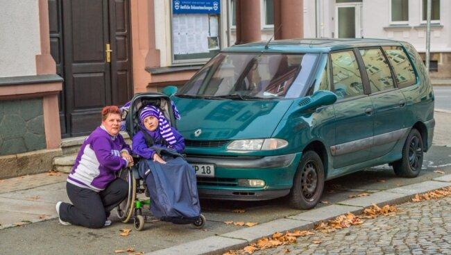 Christina Nitzsche und ihr Sohn Paul vor ihrem alten Auto, das inzwischen verschrottet wurde. Das neue kommt bald.