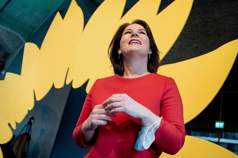 Annalena Baerbock gehört dem Realo-Flügel der Grünen an, so wie ihr Co-Vorsitzender auch. In der Vergangenheit war es üblich, dass an der Spitze des Bundesvorstands jeweils eine Vertreterin oder ein Vertreter dieses Flügels sowie eine Person aus der Parteilinken stand. Oft war es ein Gleichgewicht, das die Partei mehr lähmte als befriedete. Die amtierenden Chefs können sich zugutehalten, diese Situation überwunden zu haben.