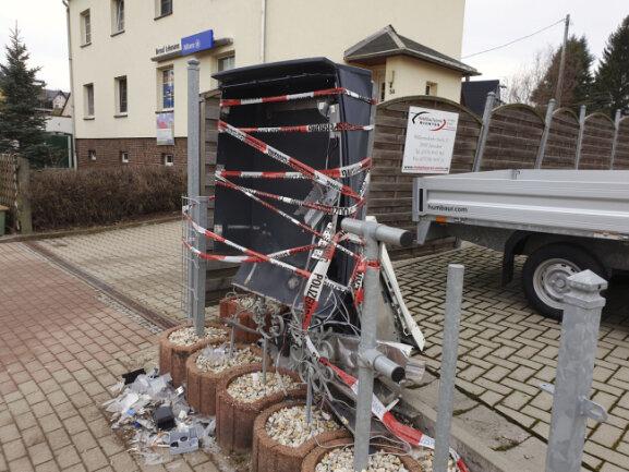 Unbekannte haben in Pfaffenhain einen Zigarettenautomat gesprengt ...