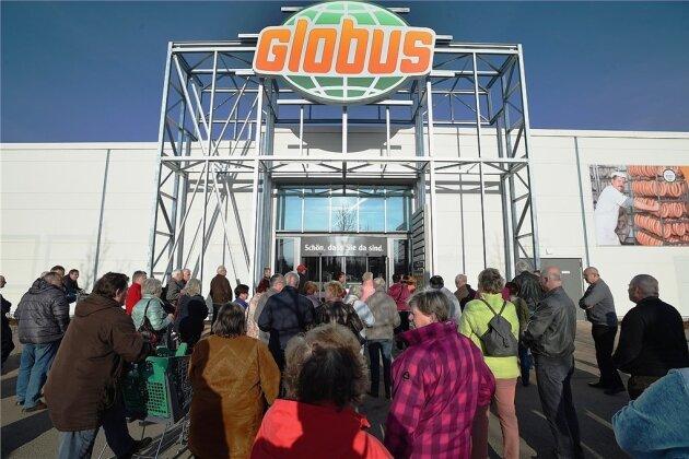 Schon kurz vor der Eröffnung hatten sich auf dem Parkplatz dutzende Kunden eingefunden, die geduldig vor noch verschlossener Tür warteten.