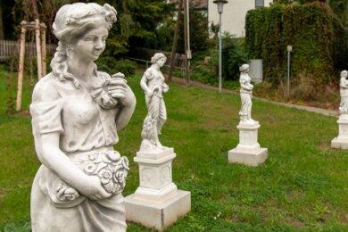 """Steht die Figurengruppe """"Vier Jahreszeiten"""" auf dem Göritzhainer Dorfanger optimal oder kann sie noch besser in Szene gesetzt werden? Stadtrat Dietmar Irmscher hat die Bürger um Meinungen gebeten."""