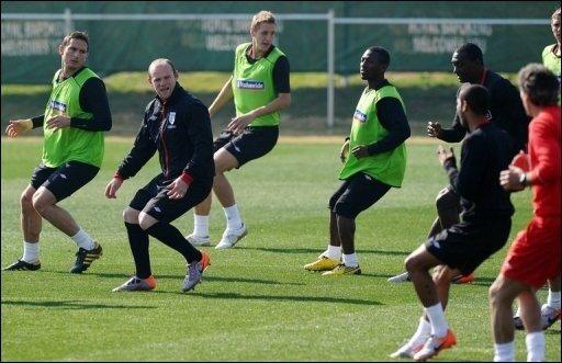 Wayne Rooney strotzt nach der Seelenmassage von Teammanager Fabio Capello wieder vor Selbstvertrauen, und selbst der ehemalige Fußball-Bundestrainer Jürgen Klinsmann erwartet im WM-Achtelfinale zwischen Deutschland und England starke Three Lions.