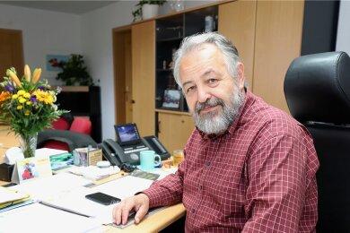 Der scheidende Bürgermeister Reiner Stiehl an seinem letzten Arbeitstag am Mittwoch im Chefsessel des Muldaer Rathauses.