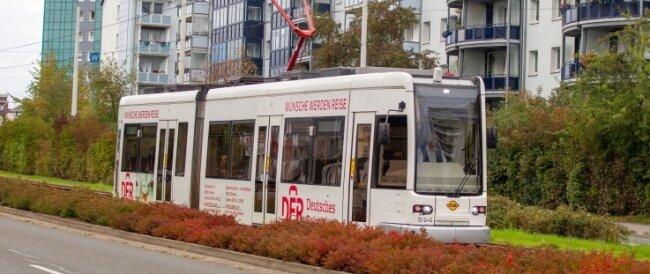 Die Straßenbahn prägt Plauen, hier auf der Bahnhofstraße.