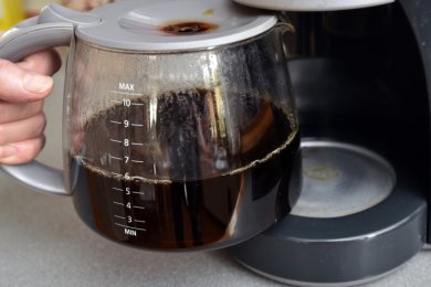 Halb voll oder halb leer? Der Kreishaushalt steht vor der Beschlussfassung, das umfängliche Papier weist mehr geplante Ausgaben als Einnahmen aus und listet alles auf: von der Kaffeemaschine bis zur Drohne.