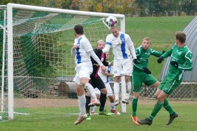 Typisch für das Spiel in Drebach: Auch nach diesem Eckball der Gastgeber kann mit Patrick Schuster vom SV Großrückerswalde ein Spieler der gegnerischen Defensive klären. Somit blieb die Partie torlos.