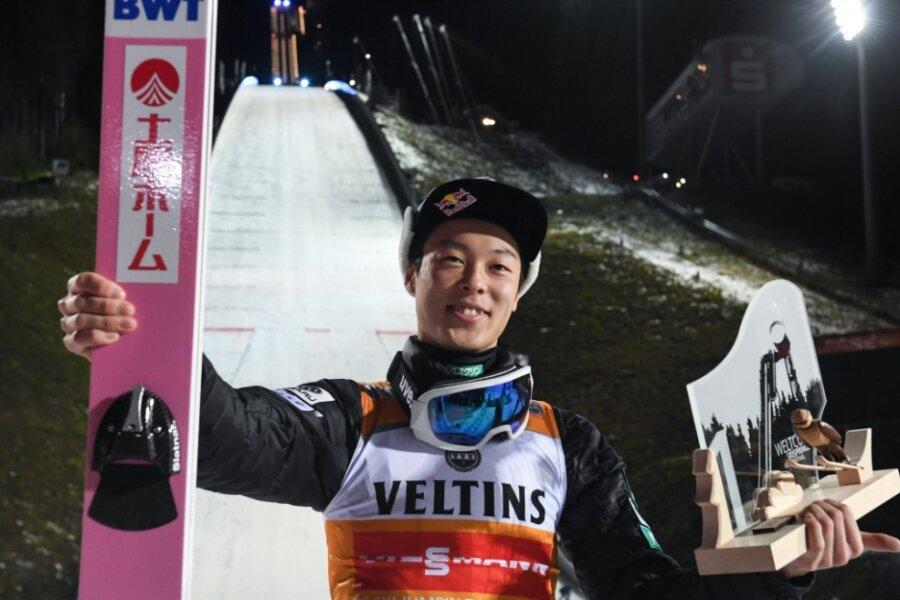 Skispringer Ryoyu Kobayashi aus Japan freute sich 2019 über den Weltcupsieg in Klingenthal. Für Februar ist erstmals ein Doppel-Weltcup geplant - Skispringen und Nordische Kombination.