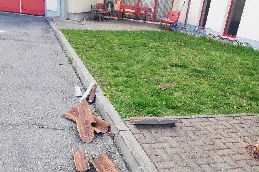 Heruntergefallene Dachteile wurden bis zum Feuerwehrtechnischen Zentrum geweht und haben dort die Fassade beschädigt.