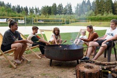 Jugendliche aus dem oberen Vogtland haben auf dem Beachvolleyballplatz des ESV Lok Adorf an einem Feriencamp teilgenommen. Dazu gehörte auch das eigenständige Zubereiten der Verpflegung.