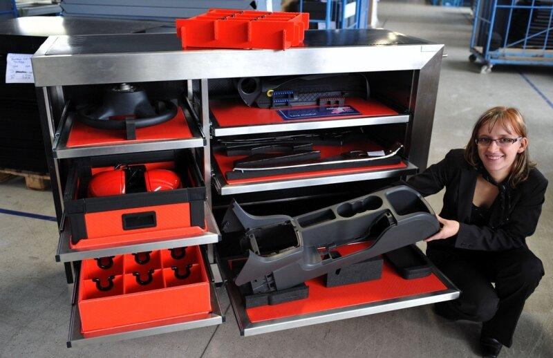 Yvonne Rudel von der Montara GmbH zeigt einen Sequenzwagen, auf dem die Produkte griffsicher auf leicht gängigen Schubladen platziert sind.