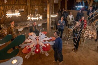 Studenten der Fachrichtung Holzgestaltung aus Schneeberg präsentieren ihre Werke zum Thema Erzgebirgische Leuchterspinne. Ziel ist es, Tradition und Moderne miteinander zu verbinden.