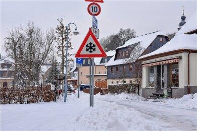Auf der Emil-Junghans-Straße in Oelsnitz war Vorsicht geboten. Auch aufanderen Fahrbahnen kamen Autofahrer ins Rutschen.