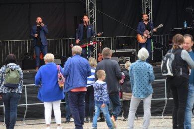 Die Notendealer, eine Popband aus Dresden, lieferten am Samstagnachmittag auf dem Anger in Burgstädt eine Show mit viel Humor ab. Die Anzahl der Zuhörer blieb allerdings überschaubar.