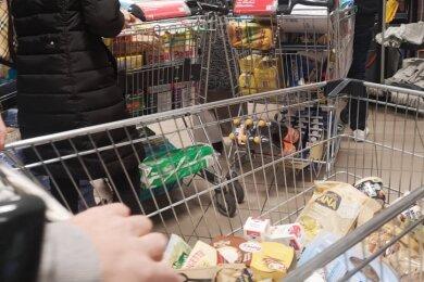 In so manchen Supermärkten - hier ein Symbolbild - geht es trotz Coronapandemie nicht immer mit den entsprechend gebotenen Abständen zu. Einige Kunden ärgern sich über Drängeleien und Drängler in den Verkaufsräumen.