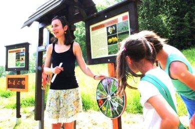 Luise Eichhorn erläuterte bei der Eröffnung des neuen Kindererlebnispfads in Stützengrün jede der insgesamt neun Stationen zu verschiedenen Themen.