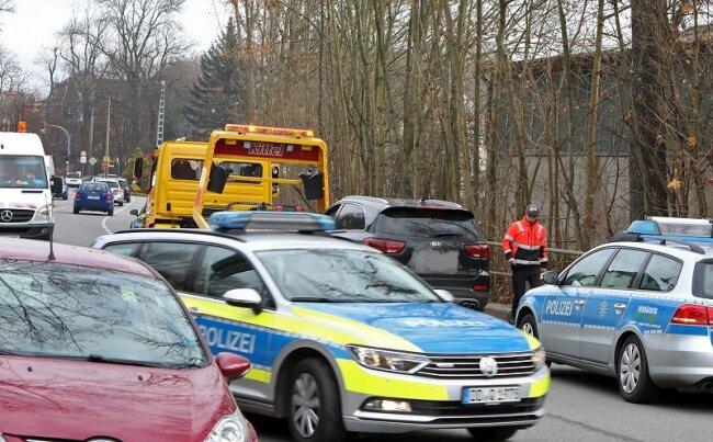 Am Freitagvormittag haben mehrere Polizeifahrzeuge auf der B 173 in Oberlungwitz einen Kia Sorento gestoppt.