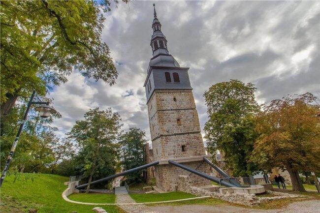 So schief steht sonst kaum keiner: Seit über 100 Jahren versuchen findige Köpfe, den Seitwärtstrend der Kirche bautechnisch aufzuhalten. Mit wechselndem Erfolg.