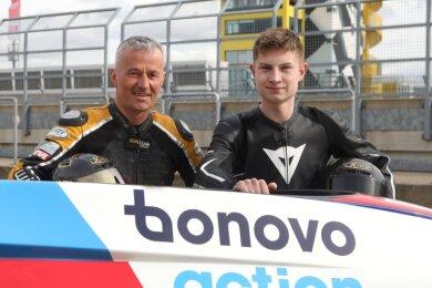 Uwe Neubert (links) hilft Lennard Göttlich beim Einstieg in den Seitenwagen-Rennsport.
