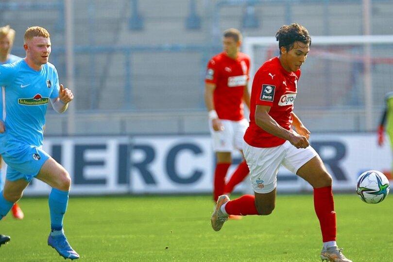 Der Zwickauer Johan Gomez (r.) am Ball.