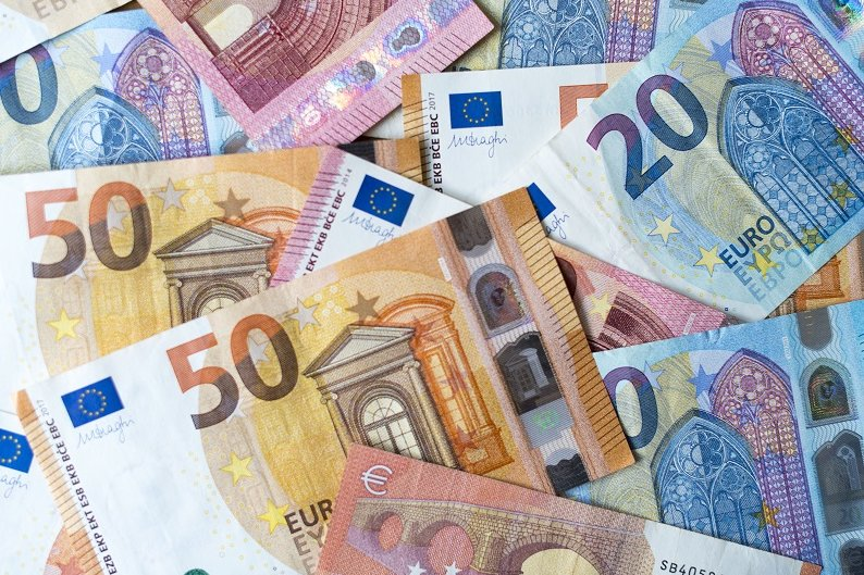 Nach Zahlen der Bundesbank sind die Spareinlagen der privaten Haushalte von Januar 2020 bis Januar 2021 um 182 Milliarden auf 1,73 Billionen Euro gestiegen, wie der im März-Monatsbericht enthaltenen Statistik zu entnehmen ist.