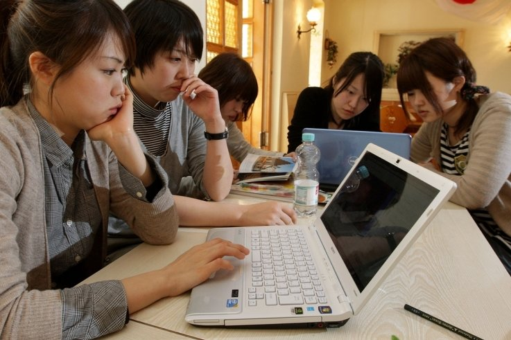 """<p class=""""artikelinhalt"""">Die Studenten aus Japan wohnen zurzeit in der Jugendherberge in Lichtenstein. Per Internet informieren sie sich über die Ereignisse in ihrer Heimat. So erreichte auch Mari Ôuchi (20, vorn) ihre Familie. </p>"""