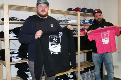 """Sven Hannig (links) und Steve Beyer haben ihren Haamit-Style geschaffen und das Modelabel """"Aurp"""" gegründet. Hoodies, also Kapuzenpullover, und T-Shirts gehören zum regulären Sortiment."""
